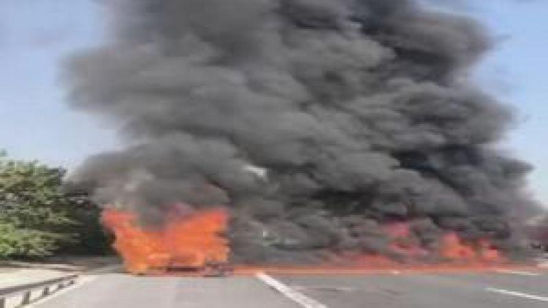 Kocaeli'de park halindeyken alev alan kamyonet yandı