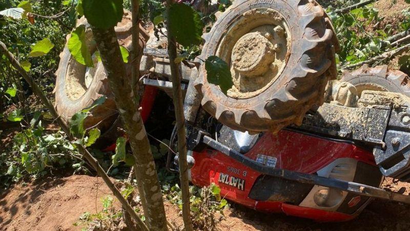 Karasu'da devrilen traktörün altında kalan sürücü ağır yaralandı