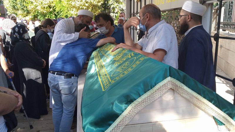 Kocaeli'de komşularının bıçaklı saldırısında ölen baba ile kızı defnedildi