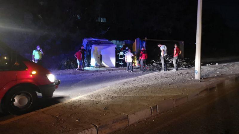 Kocaeli'de devrilen hafriyat yüklü kamyonun sürücüsü yaralandı