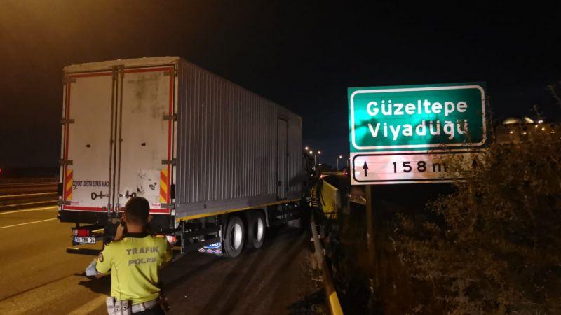 Kocaeli'de karpuz yüklü tırla çarpışan kamyonun sürücüsü yaralandı