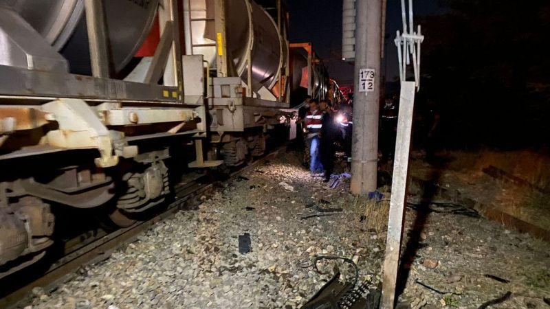 Otomobil ile tren çarpıştı: 2 ölü