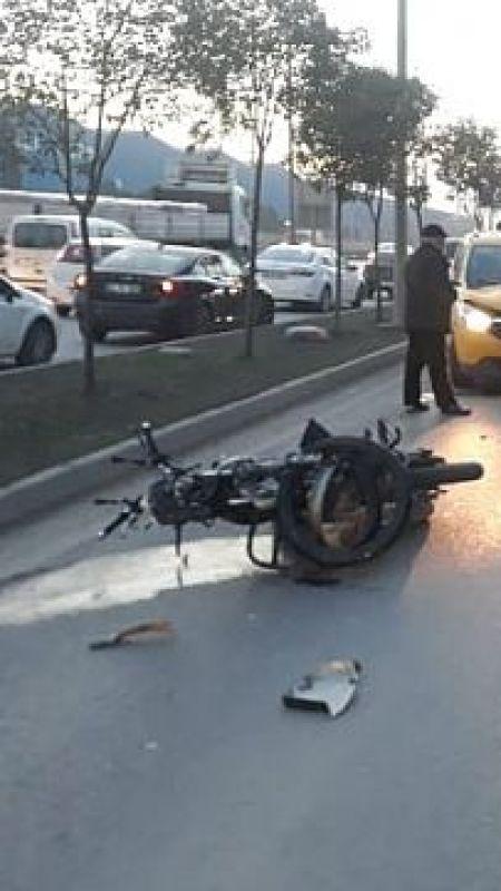 Gebze'de motosikletiyle kaldırıma çarparak yere düşen kurye yaralandı