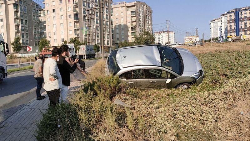 Kocaeli'de devrilen otomobilin sürücüsü kazadan yara almadan kurtuldu