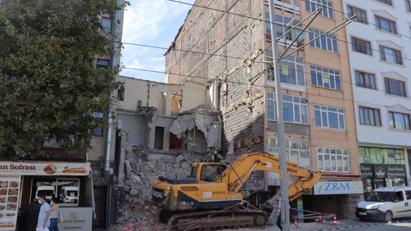Vatandaşlar için tehlike oluşturan  Önder Apartmanı yıkıldı