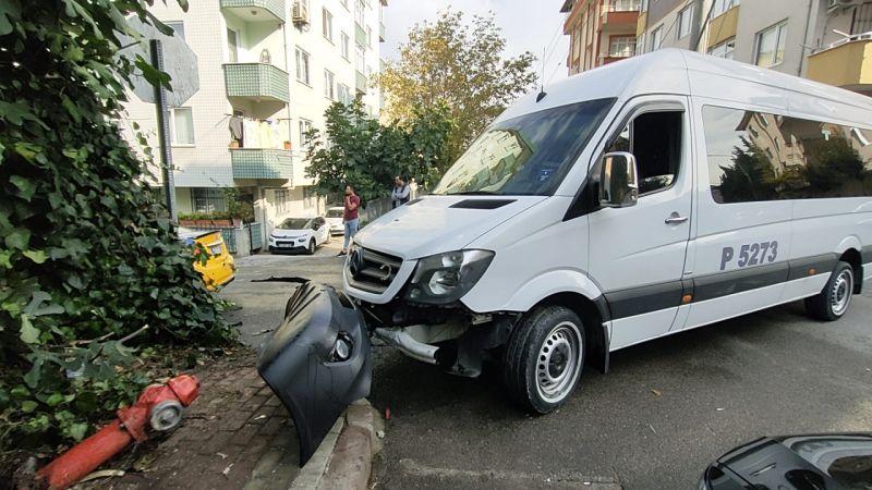 Kocaeli'de servis minibüsü ile çarpışan taksinin sürücüsü yaralandı
