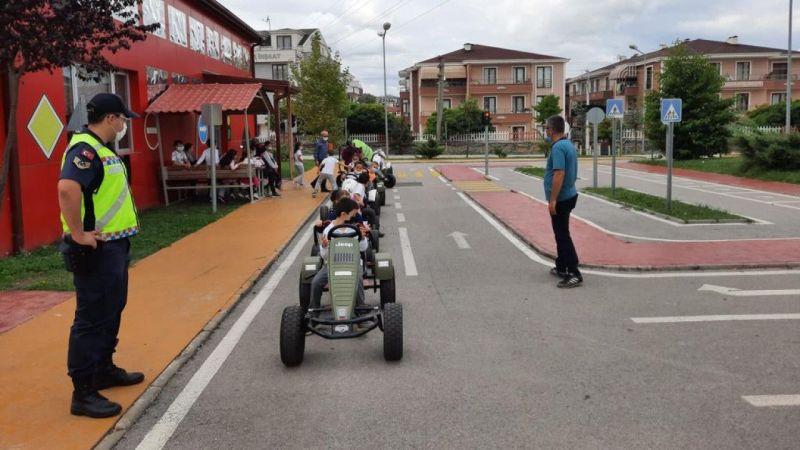 Kocaeli'de jandarmadan öğrencilere uygulamalı trafik eğitimi