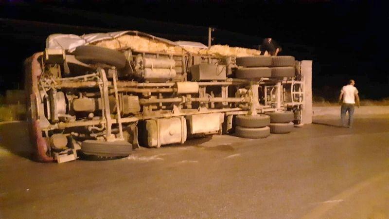 Söke'de 13 ton saman yüklü kamyon devrildi