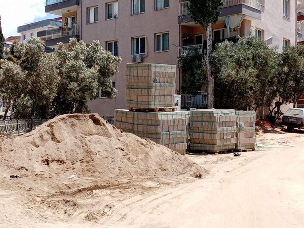 Vatandaş topladı, Kuşadası Belediyesi yere döktü
