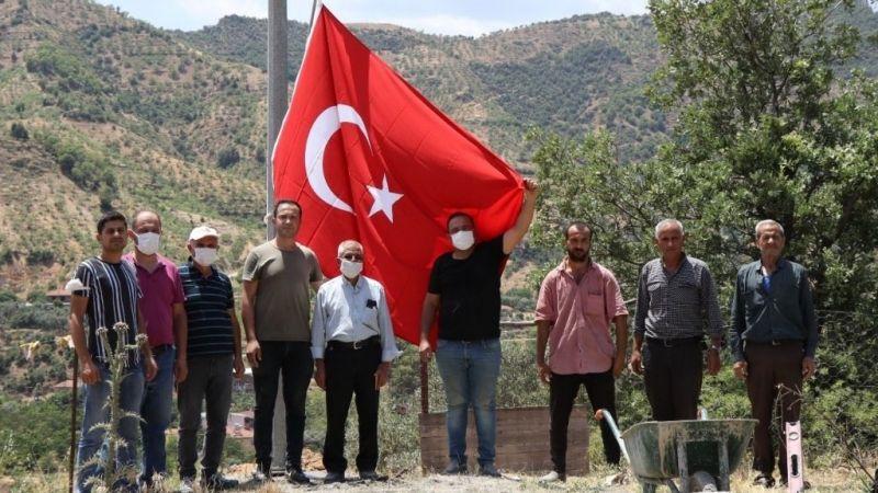 Nazilli Belediyesi'nden Çaylı'ya dev Türk bayrağı