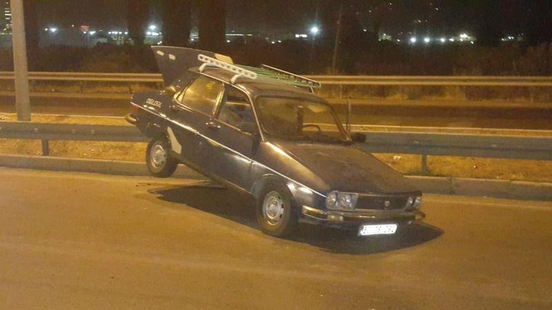 Söke'de otomobil bariyerlere asılı kaldı