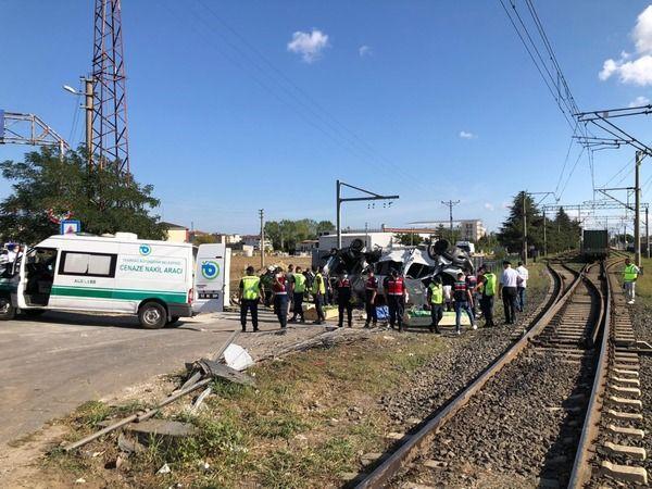 Tren, işçi servisine çarptı