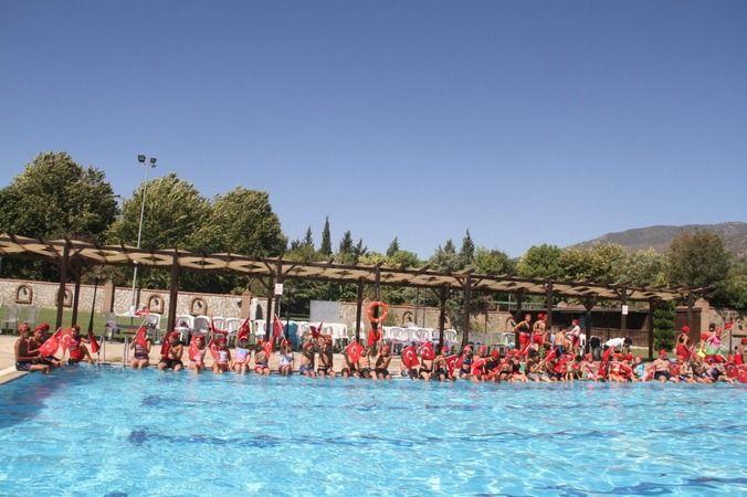 Yüzme kursunda yıl sonu gösterisi