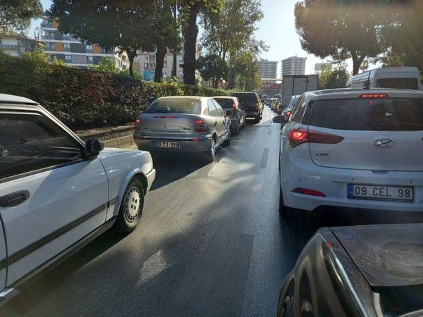 Okullar açıldı trafik felç oldu