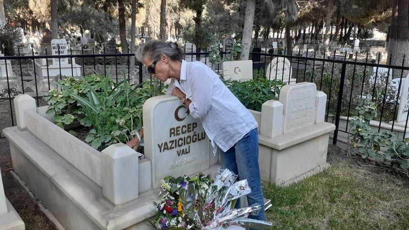 Mezarına karanfiller bırakıldı