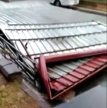 Nereden geldiği belli olmayan çatı karayoluna uçtu