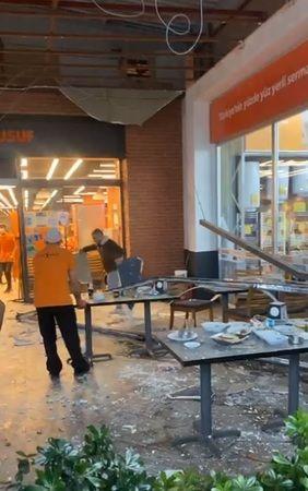 Nazilli'de AVM çatısı da fırtınaya dayanmadı