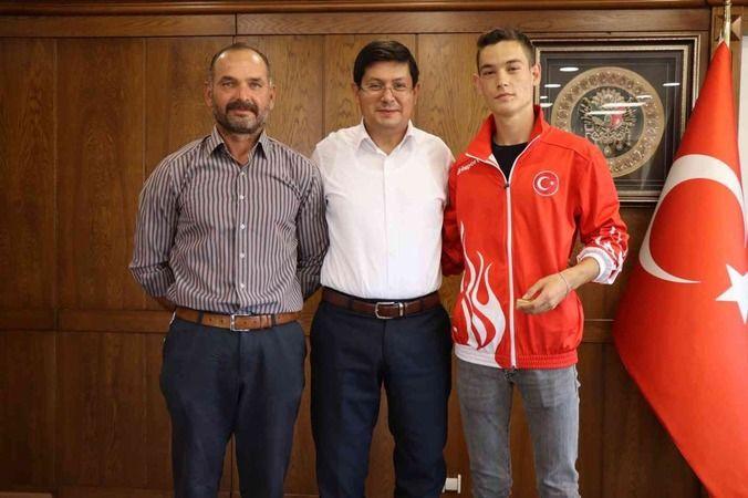 Başkan Özcan şampiyon sporcuyu makamında ağırladı