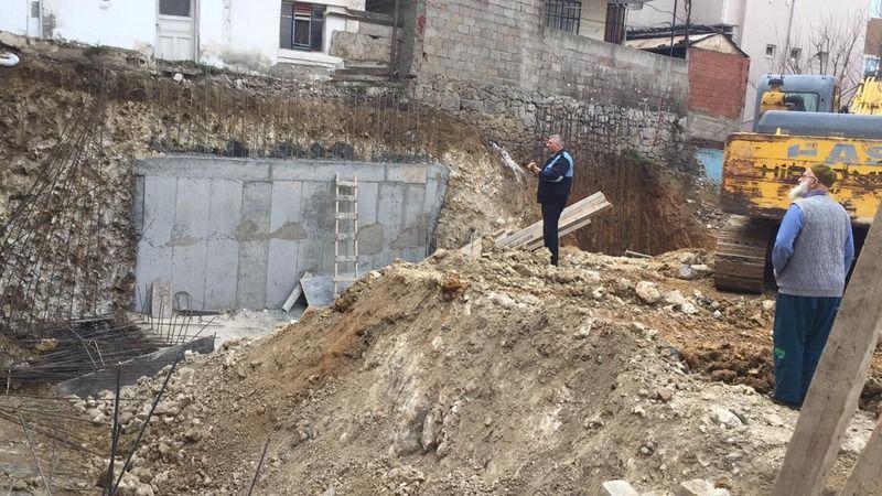 İnşaat temeli kazısında toprak kaydı! 2 bina tahliye edildi