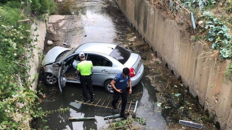 Otomobil dereye uçtu! Sürücü kayıp