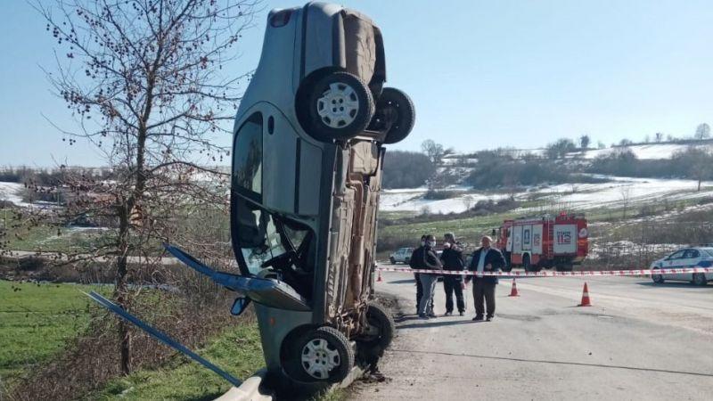 Kandıra yolunda enteresan kaza! Bariyerlere çarpıp havada dik durdu