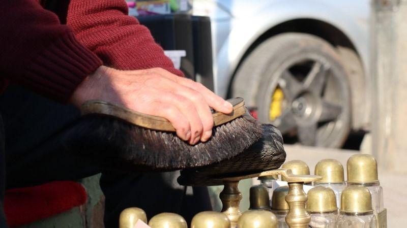 41 yıldır boyalı parmaklarıyla ayakkabı sandığından bir mühendis ve bir cerrah yetiştirdi