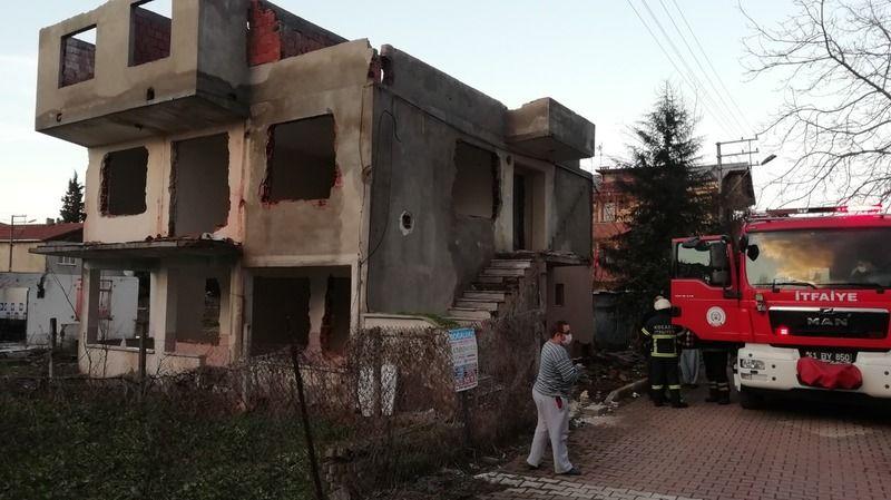 Yıkılacak evin doğalgaz panosunda yangın çıktı