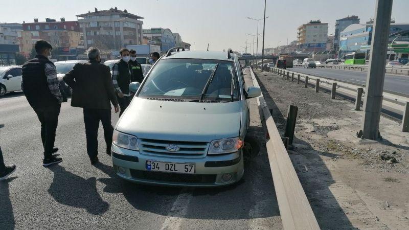 Makas atan otomobil yüzünden bariyerlere çarptı
