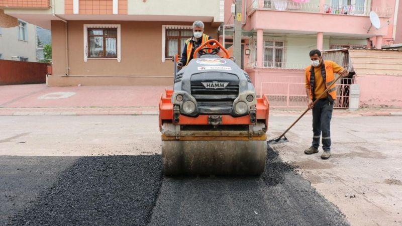 Bir günde 60 noktaya 71 bin ton asfalt
