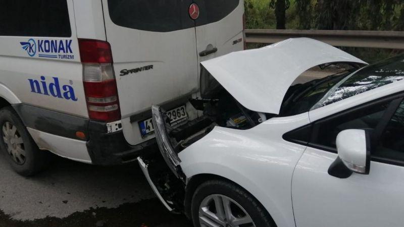 Otomobil, servis minibüsüne çarptı