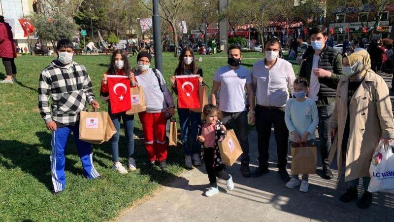 CHP'li gençler çocukları sevindirdi