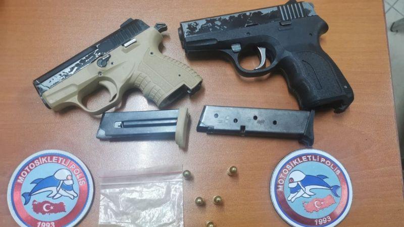 Polisin 'dur' ihtarına uymayıp kaçtılar! Araçtan silah ve uyuşturucu çıktı