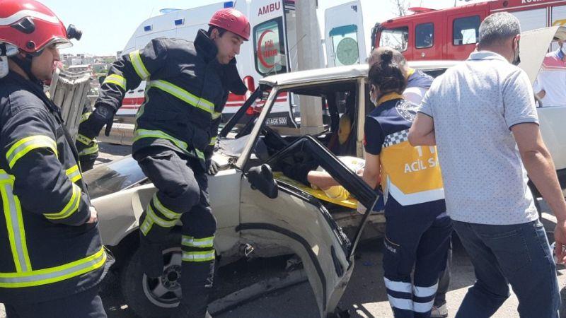 Kaza yapan sürücü araç içinde sıkıştı