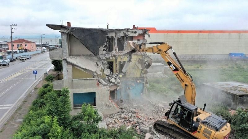 Tehlike oluşturan metruk bina yıkıldı