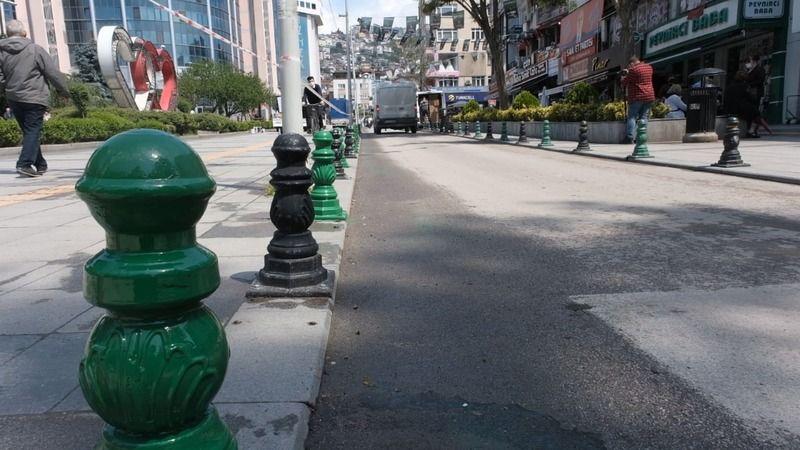 İzmit'teki dubalar yeşil-siyaha boyandı
