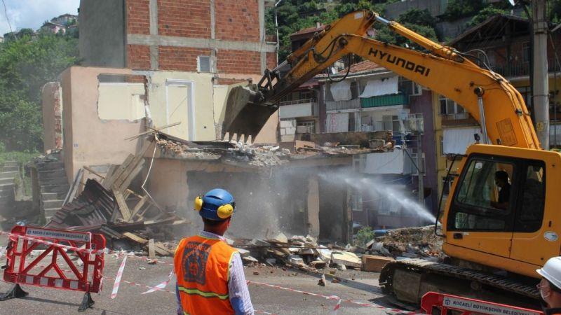 İzmit için tarihi gün: Kentsel dönüşümün ilk binası yıkıldı