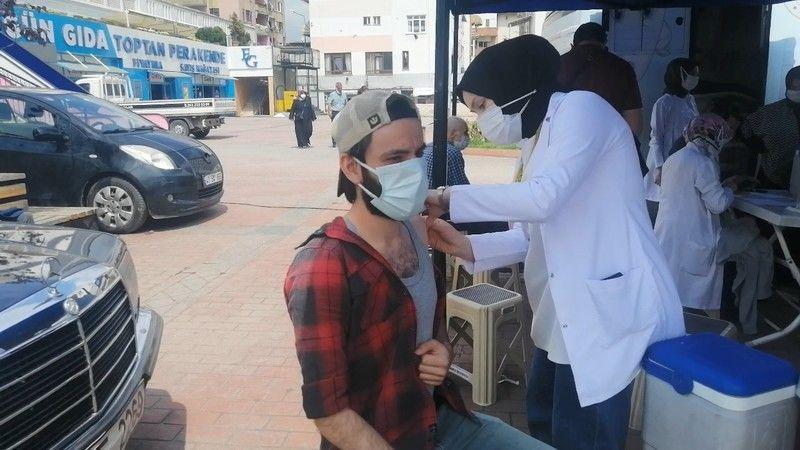 Mobil aşı aracını gören randevu olmadan aşı olmaya koştu