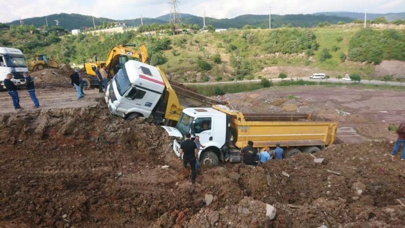 Toprak kayınca kamyonlar devrildi