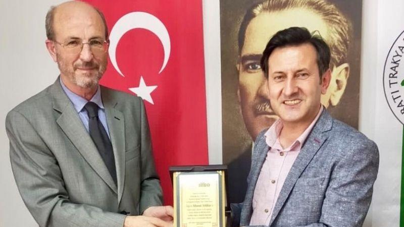 Murat Yoldaş'a plaket ve hediye