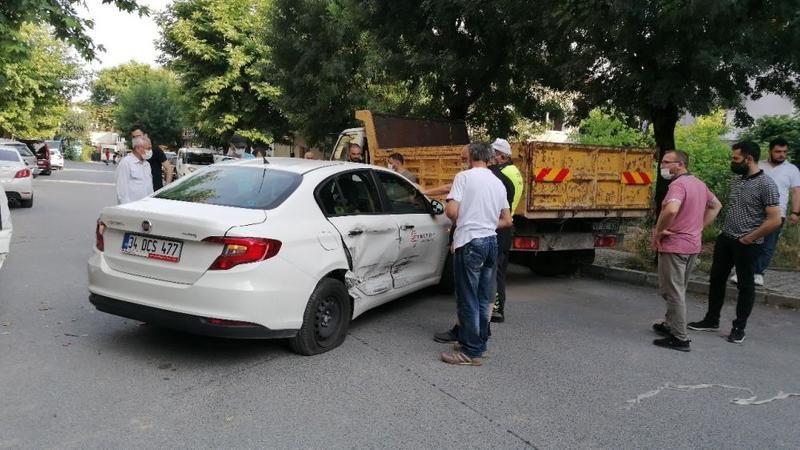 Vakaya giden ambulans otomobille çarpıştı