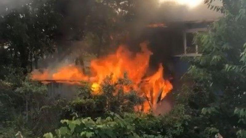 Ahırda çıkan yangın evi de küle çeviriyordu