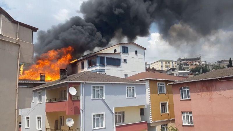 Binanın çatı katındaki yangın üç binaya daha sıçradı