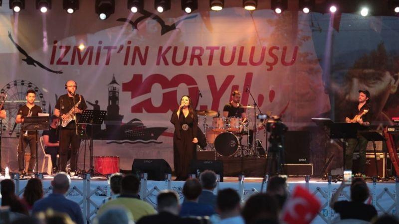 İzmit'in yerel sanatçısı 100.yıl performansıyla coşturdu