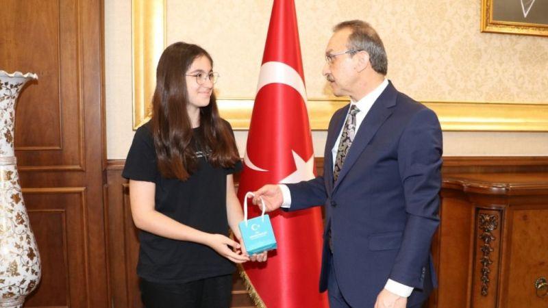 Vali Yavuz'dan LGS'de tam puan alan Elif'e ödül