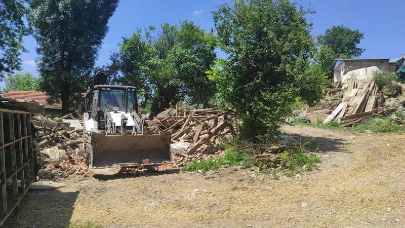 Derince'de ağır hasarlı binaların yıkımı sürüyor