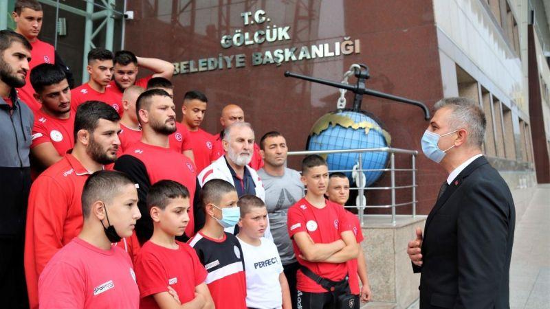 Başkan Sezer, yağlı güreş takımını uğurladı