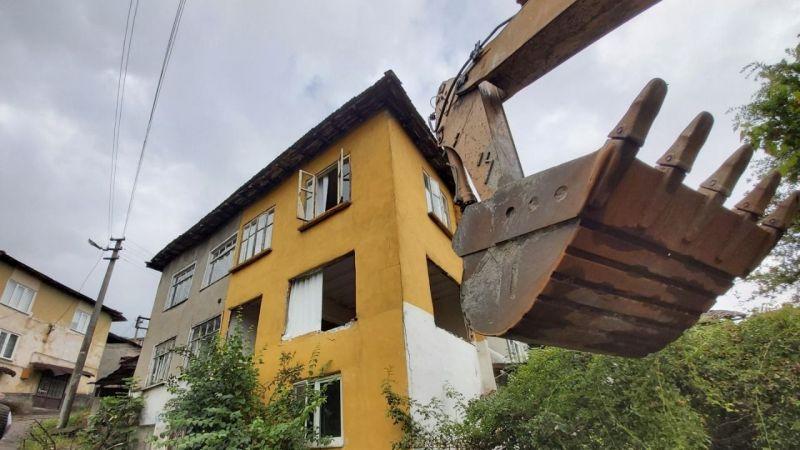 Gölcük'te hasarlı binalar yıkılıyor