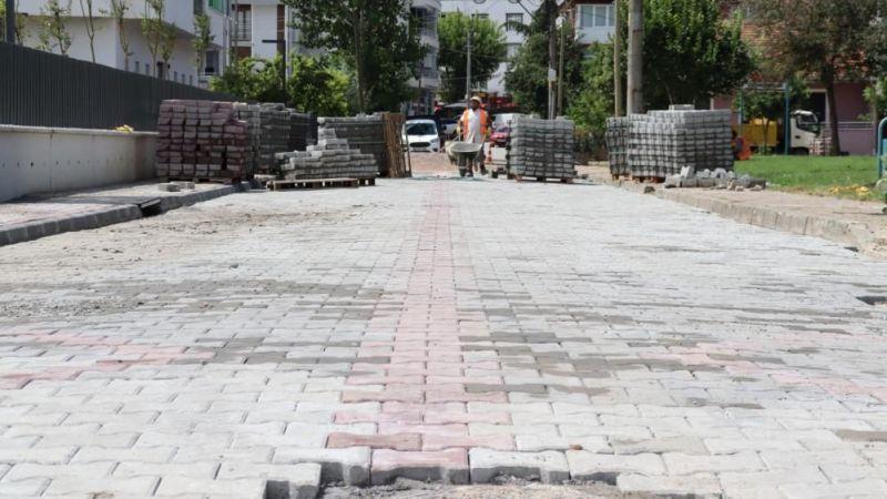 İzmit Belediyesi Yeşilova'da parkeleri yeniliyor