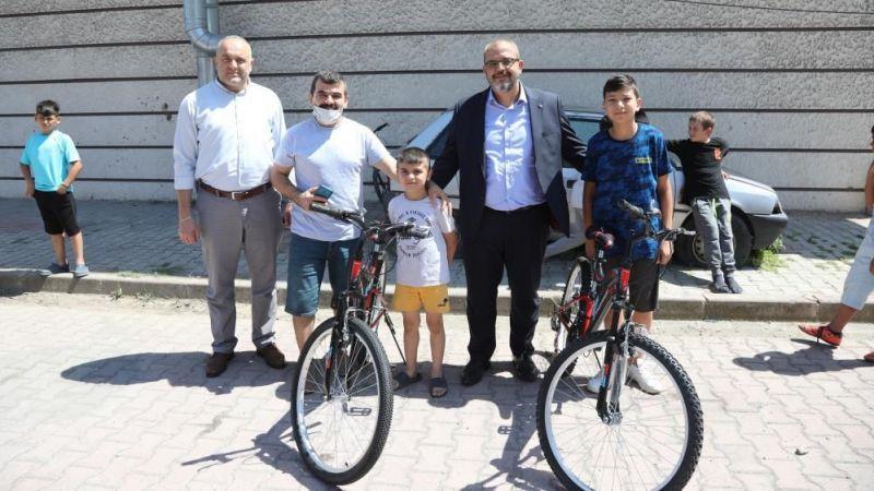 Bisikleti çalınan 2 çocuğun burukluğunu, mutluluğa çevirdiler