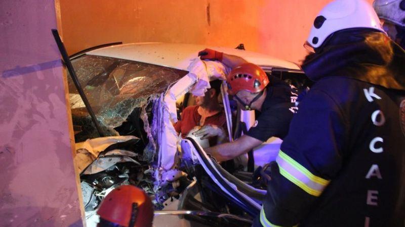 TEM'de kaza yapan otomobil telefon kulübesine girdi: 3 yaralı
